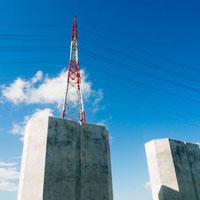 橋脚と紅白の送電塔