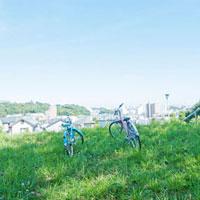 住宅街に続く丘の上に置かれた自転車
