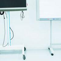 テレビモニターとホワイトボード
