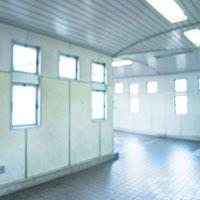 駅に向かう連絡橋 01143045659| 写真素材・ストックフォト・画像・イラスト素材|アマナイメージズ