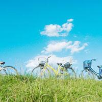 土手の上の三台の自転車 01143045688| 写真素材・ストックフォト・画像・イラスト素材|アマナイメージズ