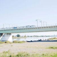 休日の多摩川河川敷 01143045691| 写真素材・ストックフォト・画像・イラスト素材|アマナイメージズ