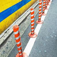 紅白の駐車禁止のポール