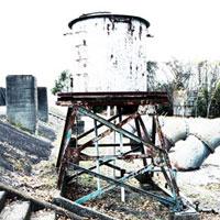 漁港脇の古びたタンク