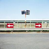 高速道路が見えるT字路の標識
