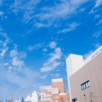 ビルと青空と白い雲 01143045803  写真素材・ストックフォト・画像・イラスト素材 アマナイメージズ