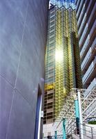 ビル群の隙間から見える金色のビル 01143045884  写真素材・ストックフォト・画像・イラスト素材 アマナイメージズ