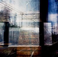 二重の窓越しに見た鉄道線路
