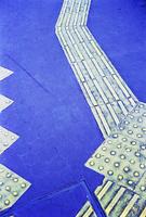 歩道に貼られた視覚障害者用の誘導施設
