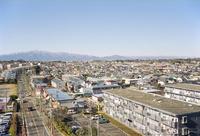 丹沢の山が背景の市街地遠景
