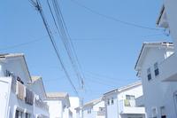 海に近い白い住宅街