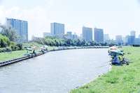 多摩川河川敷の釣り堀