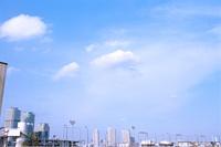 白い雲が浮かぶ青空の下に広がる横浜の街