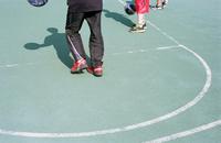 バスケットコートの三人の少年 01143046177| 写真素材・ストックフォト・画像・イラスト素材|アマナイメージズ
