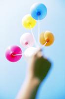 青空と六個の風船 01143046260| 写真素材・ストックフォト・画像・イラスト素材|アマナイメージズ