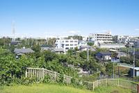 小高い公園から眺めた郊外住宅地 01143046445| 写真素材・ストックフォト・画像・イラスト素材|アマナイメージズ