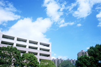 集合住宅と青空と白い雲 01143046570| 写真素材・ストックフォト・画像・イラスト素材|アマナイメージズ
