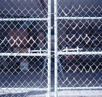 ブルーホワイトにペイントされた金網の扉