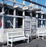 白くペイントされた漁港の建物
