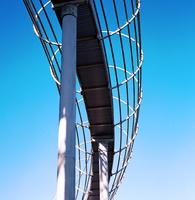 青空を背景に冬日を浴びる滑り台 01143046783| 写真素材・ストックフォト・画像・イラスト素材|アマナイメージズ