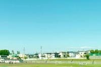グランドと住宅街 01176011373| 写真素材・ストックフォト・画像・イラスト素材|アマナイメージズ