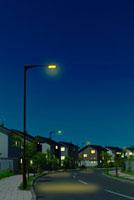 夜の静かな住宅街と街灯の明かり