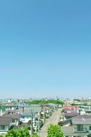 住宅街の道路と広い青空