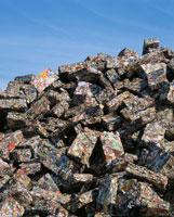 圧縮された空き缶の廃棄物ブロック