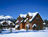 雪の積もったカナディアンログハウス バンフNP カナダ
