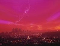 落雷のあるロサンゼルスの夜景(赤) アメリカ
