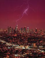 夜のロサンゼルスの町並みと雷