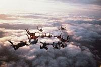 手をつないで輪になるスカイダイビング 01281000717| 写真素材・ストックフォト・画像・イラスト素材|アマナイメージズ