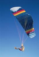 スカイダイビングをしてパラシュートで降りる人