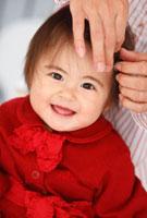 お母さんに髪を整えてもらう赤ちゃん 01283004805| 写真素材・ストックフォト・画像・イラスト素材|アマナイメージズ