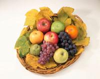 かごに入った秋の果物