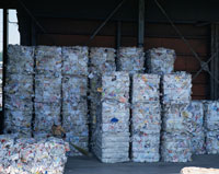 回収され圧縮された古紙の山