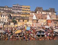 ガンジス川で沐浴する人々 ベナレス インド