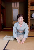 風呂敷包みと着物姿の若い女性 01328010883| 写真素材・ストックフォト・画像・イラスト素材|アマナイメージズ