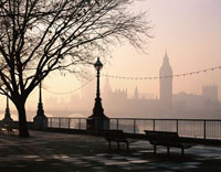 遊歩道と霧のビッグベン   ロンドン イギリス