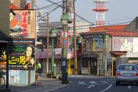 映画看板の掲げられた街並 01335034770| 写真素材・ストックフォト・画像・イラスト素材|アマナイメージズ