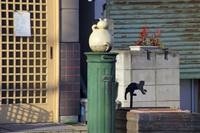 街角のネコのキャラクター像