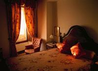 室内のベットとイス パリ フランス 01336006719| 写真素材・ストックフォト・画像・イラスト素材|アマナイメージズ