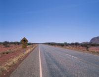 カンガルーの標識と道路 エアーズロック オーストラリア