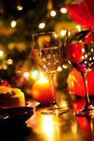 クリスマスの夜のテーブル 01336033869| 写真素材・ストックフォト・画像・イラスト素材|アマナイメージズ