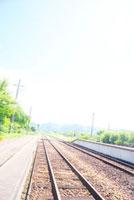 夏の日のホームと線路