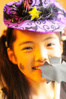 ハロウィンの衣裳を着た少女 01336034116| 写真素材・ストックフォト・画像・イラスト素材|アマナイメージズ