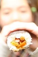 恵方巻きにかぶりつく子ども 01336034488| 写真素材・ストックフォト・画像・イラスト素材|アマナイメージズ