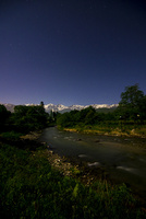 夜の白馬村姫川と白馬三山に星空