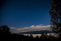 入笠高原より深夜の星空と雲海に浮かぶ八ヶ岳連峰 01362015880| 写真素材・ストックフォト・画像・イラスト素材|アマナイメージズ