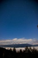 入笠高原より深夜の星空と雲海に浮かぶ八ヶ岳連峰 01362015881| 写真素材・ストックフォト・画像・イラスト素材|アマナイメージズ